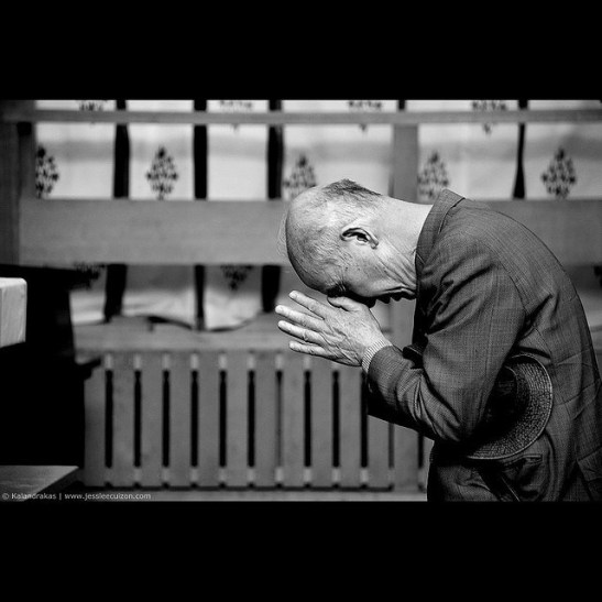 pray-japan-shinto-old-man-black-white-bow-temple