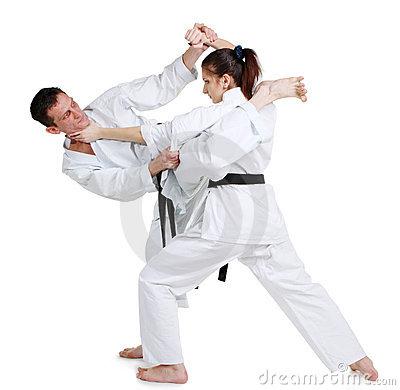 karate-chica-joven-y-hombres-en-un-kimono-20612219